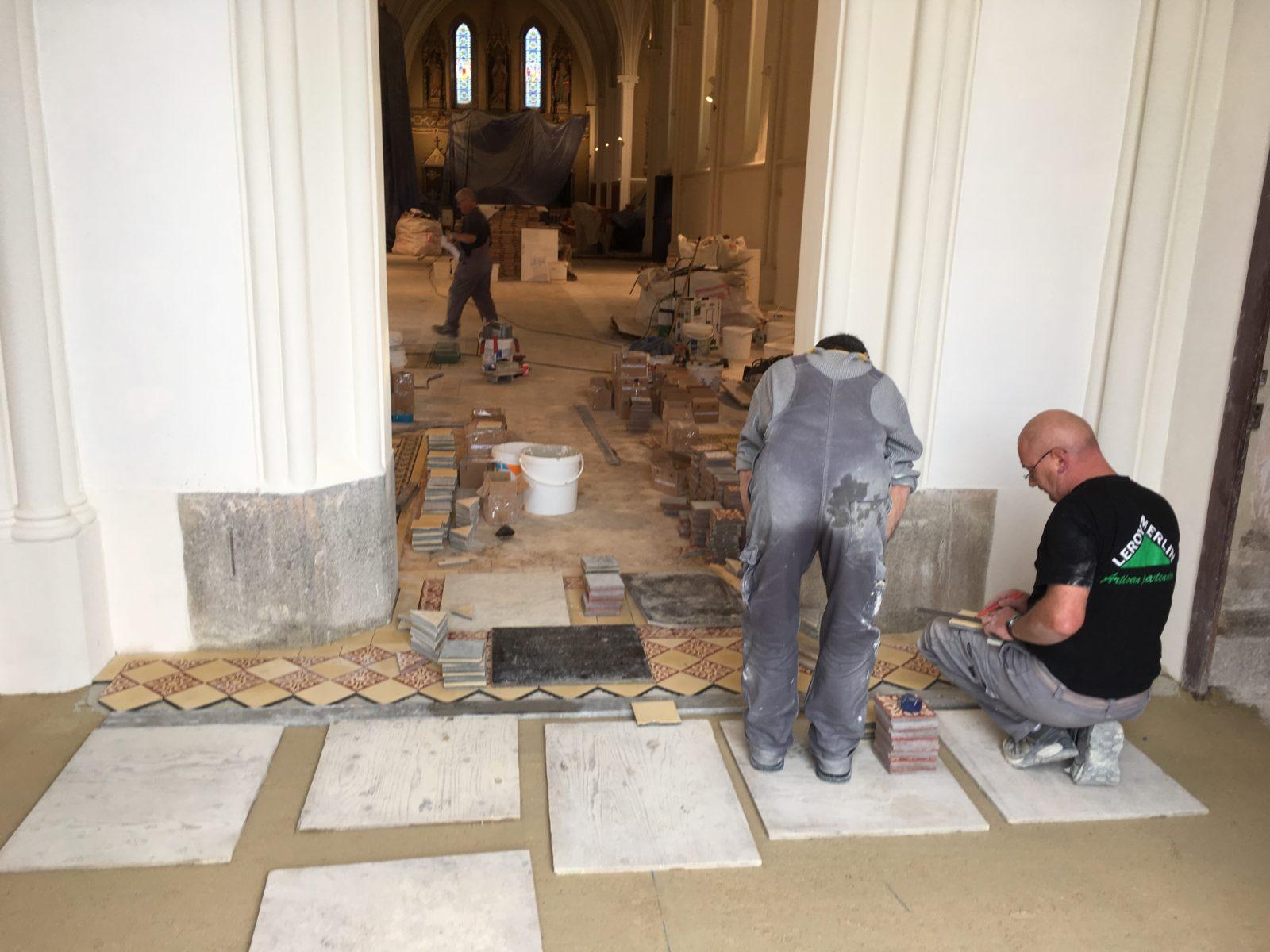 Pose des carreaux de ciment - Restauration de toile marouflée - Église Saint Vigor - Bodin